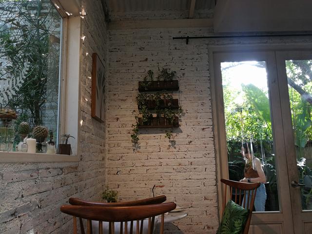 นั่งชิลคาเฟ่สวนเรือนกระจก-ชิมเมนูโฮมเมดที่-Little-Tree-Garden-ริมน้ำท่าจีน-นครปฐม